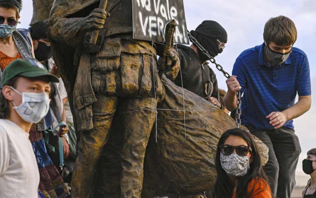 Πυρα σε διαδηλωτές στο Νέο Μεξικό που προσπαθούν να αφαιρέσουν το άγαλμα  Ισπανού  κατακτητή.
