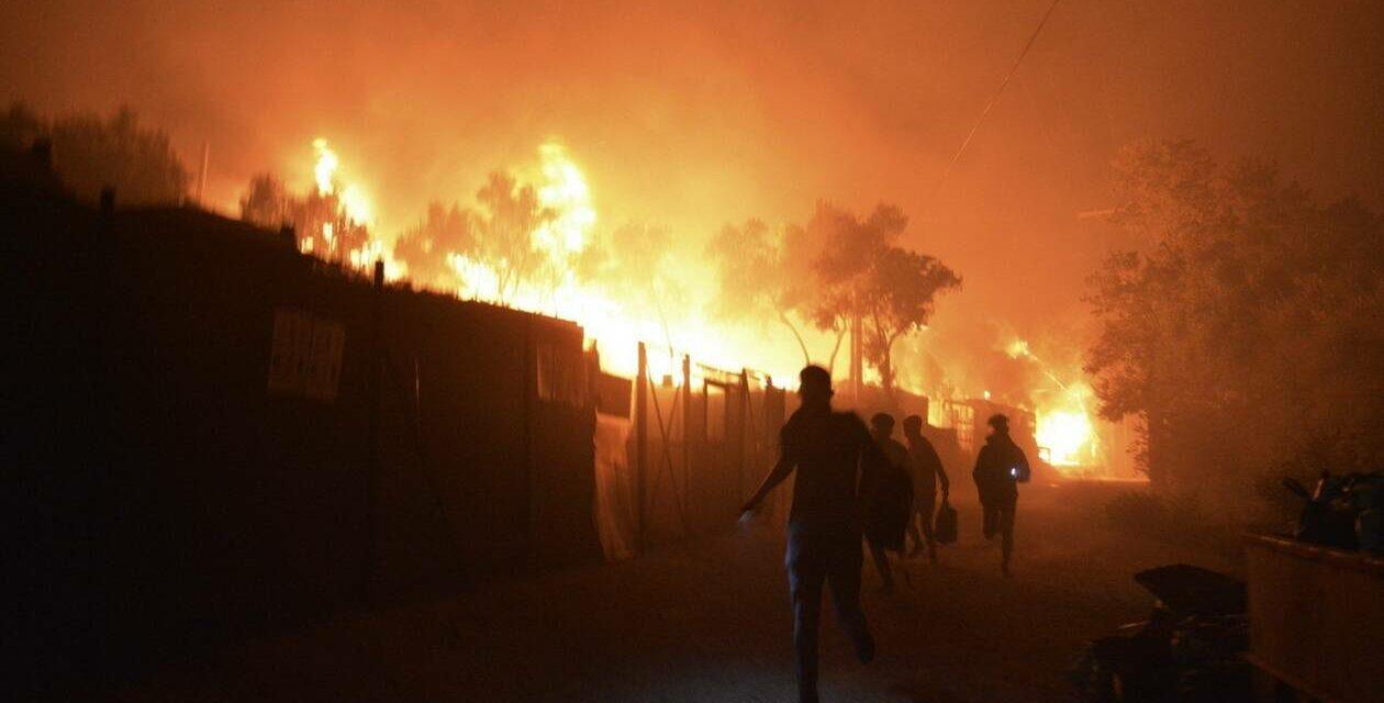 Φωτιά στο ΚΥΤ της Μόριας – Χιλιάδες μετανάστες διασκορπισμένοι