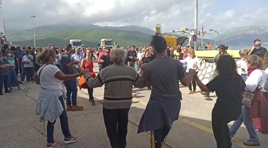 Σάμη Κεφαλλονιάς: Οι κάτοικοι διώχνουν τα ΜΑΤ και το ρίχνουν στον χορό! (video)