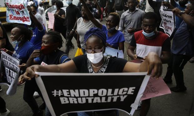 Διαδηλώσεις στη Νιγηρία: Εκατομμύρια λαού τέθηκαν υπό απαγόρευση κυκλοφορίας καθώς εξαπλώνεται η κοινωνική βία ενάντια στην αστυνομική βαρβαρότητα