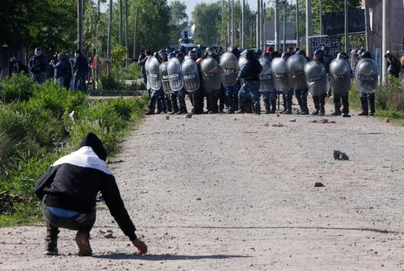 Γκουέρνικα (Αργεντινή): Βίαιη αστυνομική επιχείρηση για τον εκτοπισμό άπορων οικογενειών από προσωρινά καταλύματα για τα συμφέροντα των καπιταλιστών.
