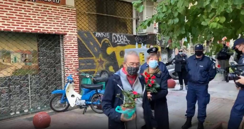 Προσαγωγή ζευγαριού που πήγε να αφήσει λουλούδια στο μνημείο
