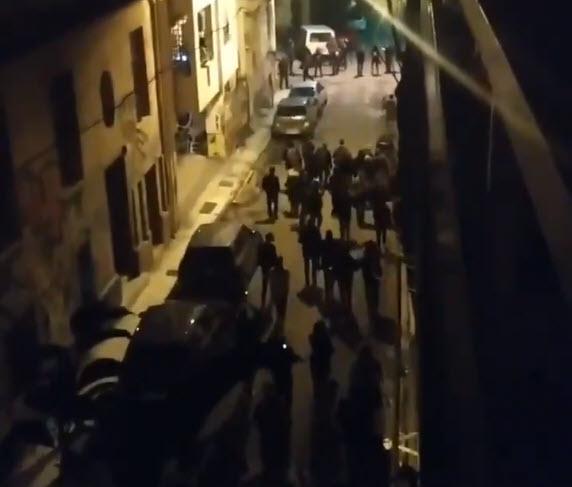 Αποχώρηση κόσμου απο τα γραφεία της ταξικής αντεπίθεσης μετά τον αποκλεισμό απο την ΕΛΑΣ