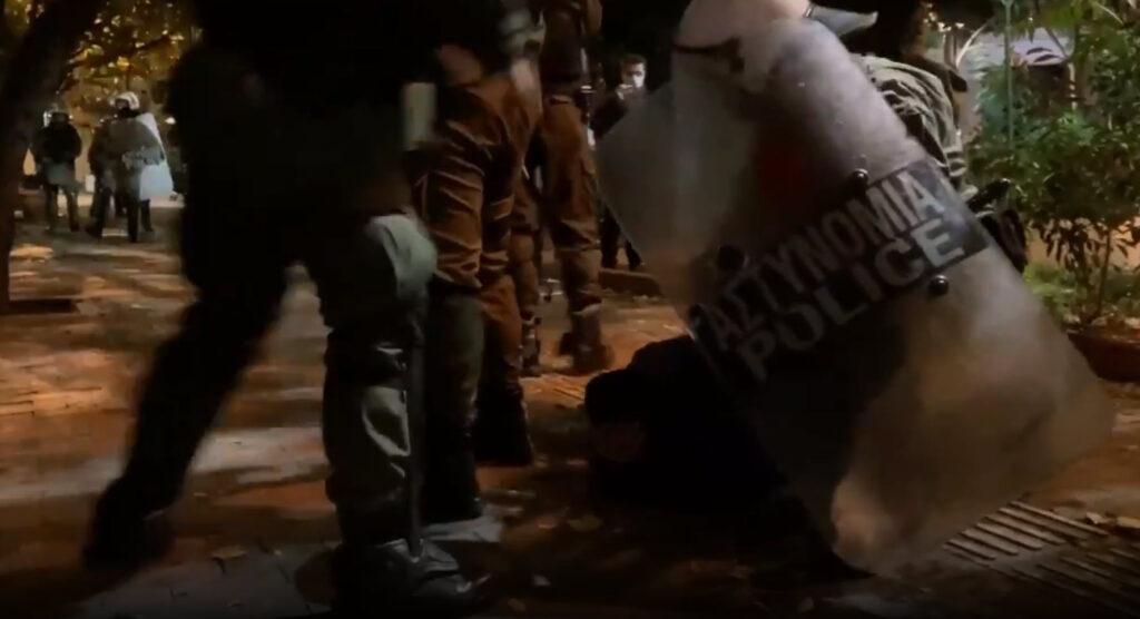 Βίαιη προσαγωγή ατόμου σε κρίση πανικού απο την πλατεία Εξαρχείων