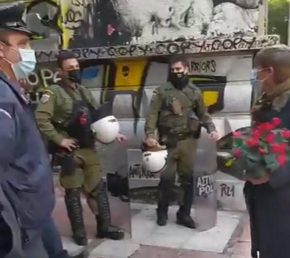 Αστυνομικοί εμποδίζουν πολίτες να καταθέσουν λουλούδια στο μνημείο