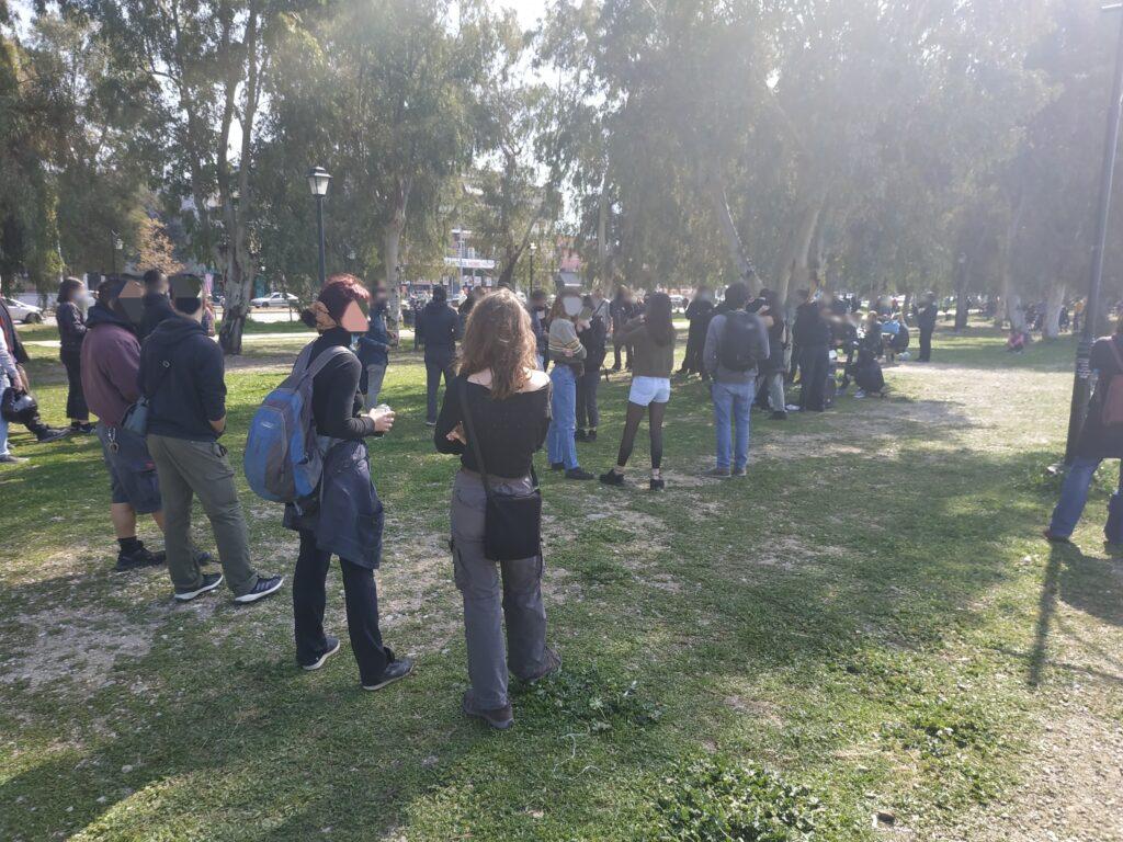 Μικροφωνική Συγκέντρωση και μοίρασμα κειμένων πραγματοποιήθηκε σήμερα το πρωί στο Νότιο Πάρκο της Πάτρας, σε ένδειξη αλληλεγγύης στον αγωνιστή απεργό πείνας και δίψας Δ. Κουφοντίνα.