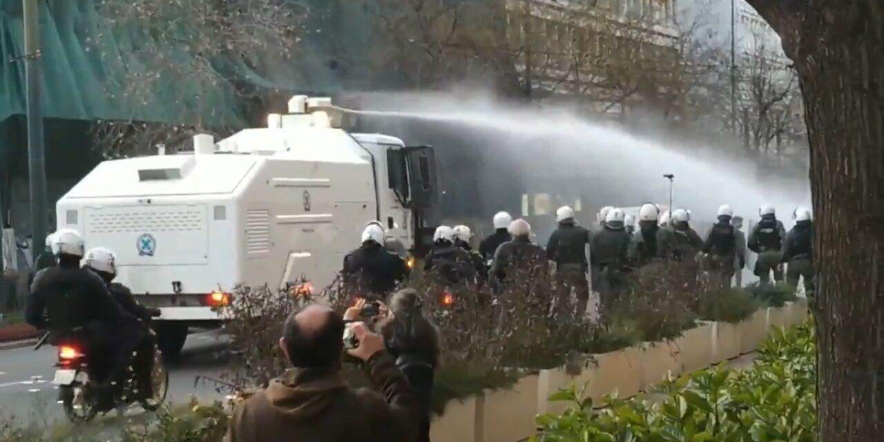 Επίθεση με ΜΑΤ και αύρα νερού στην πορεία για τον Δημήτρη Κουφοντίνα [Video]
