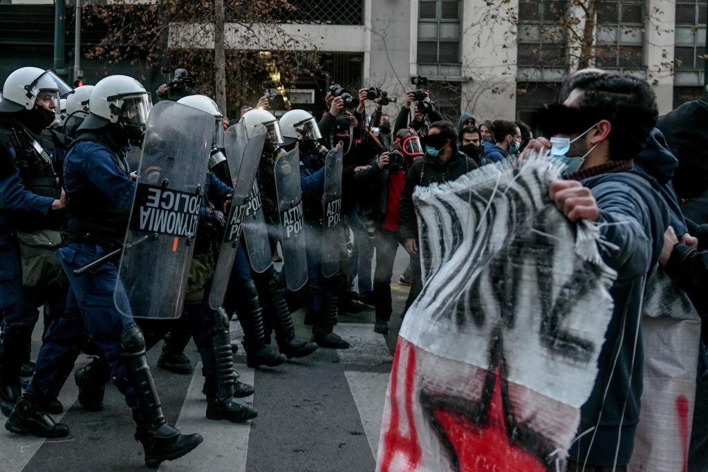 Κουφοντίνας: Βίντεο από την επίθεση των ΜΑΤ και την αντίσταση των διαδηλωτών
