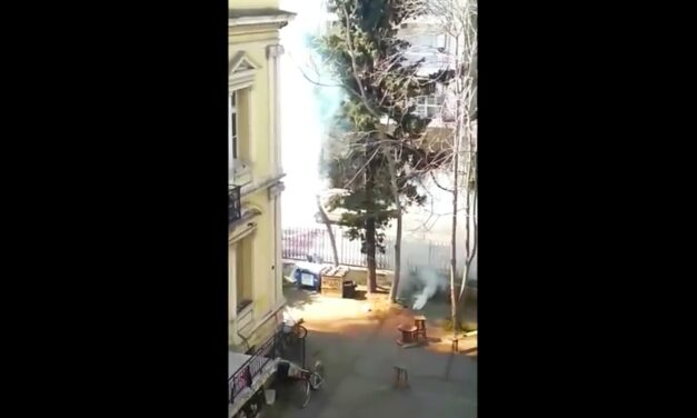 [Video] Επίθεση φασιστοειδών (με φιλική συμμετοχή των ΜΑΤ) στον ΕΚΧ Σχολείο