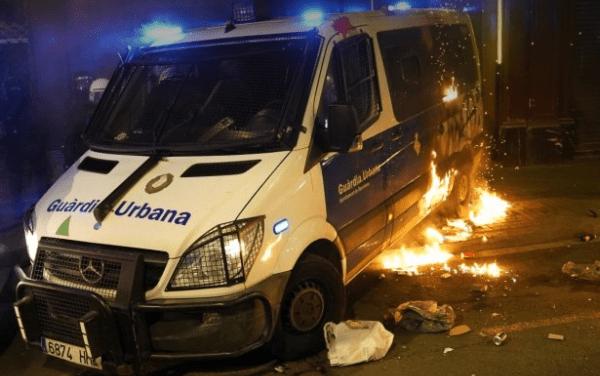 Καταλανική αστυνομία: Οι αναρχικοί ο κύριος υπεύθυνος για τις ταραχές στη Βαρκελώνη