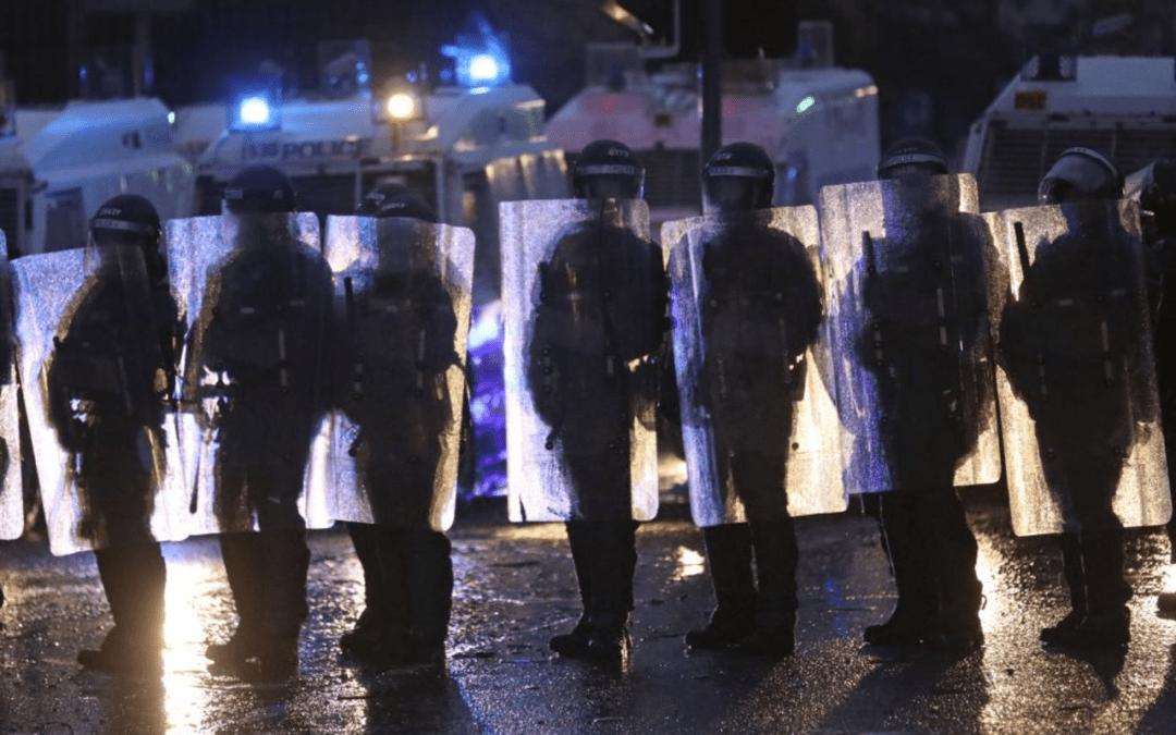 Οι χειραγωγούμενες ταραχές στη Βόρεια Ιρλανδία