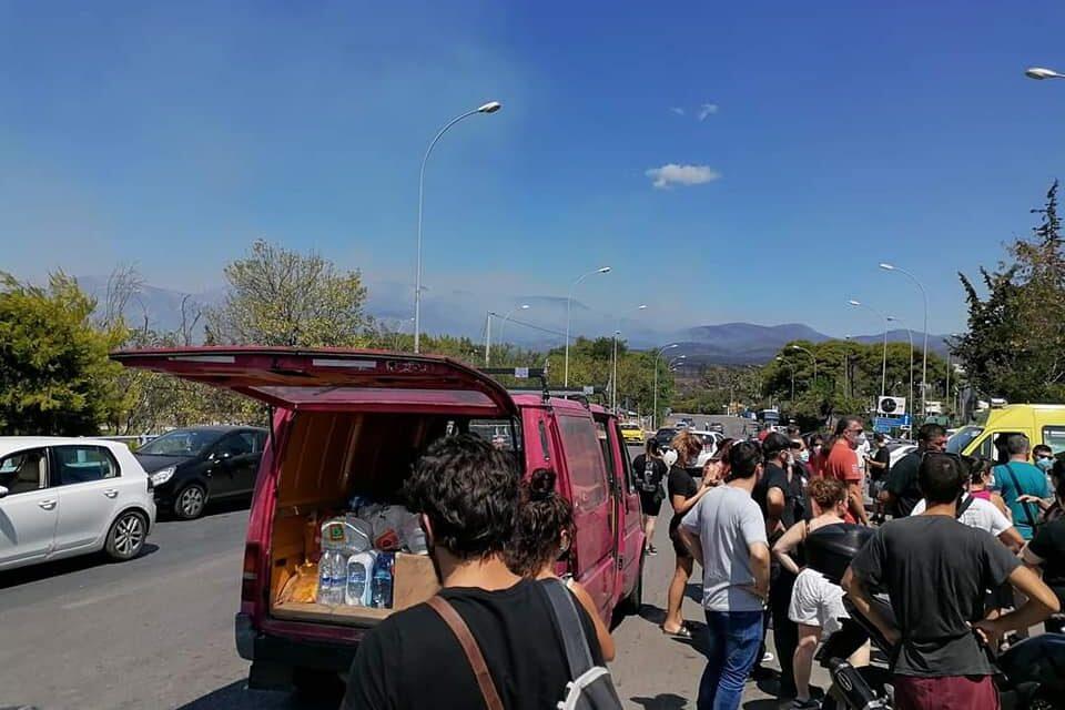 Αστυνομικοί απαγορεύουν σε αλληλέγγυους να μεταφέρουν αγαθά στους πυρόπληκτους
