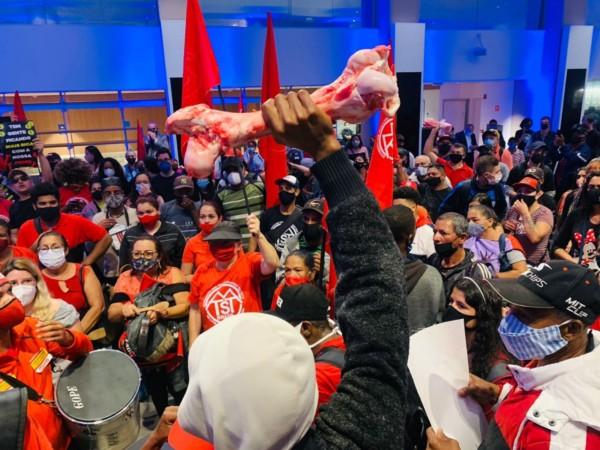 Βραζιλία.Άστεγοι φτωχοί καταλαμβάνουν το Χρηματιστήριο για να διαμαρτυρηθούν για την πείνα